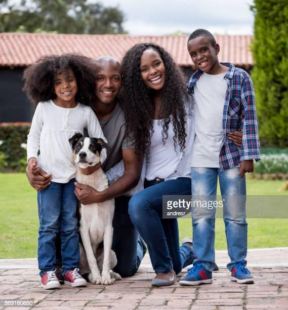 Retrato de una feliz familia afroamericana con un perro