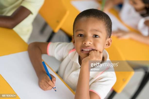 Portrait d'un garçon heureux à la coloration de l'école