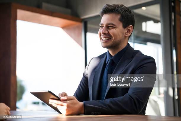 会議幸せな実業家の肖像画 - リクルーター ストックフォトと画像