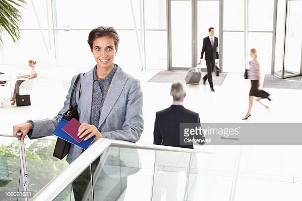 Portrait d'une femme d'affaires heureux avec les gens en arrière-plan