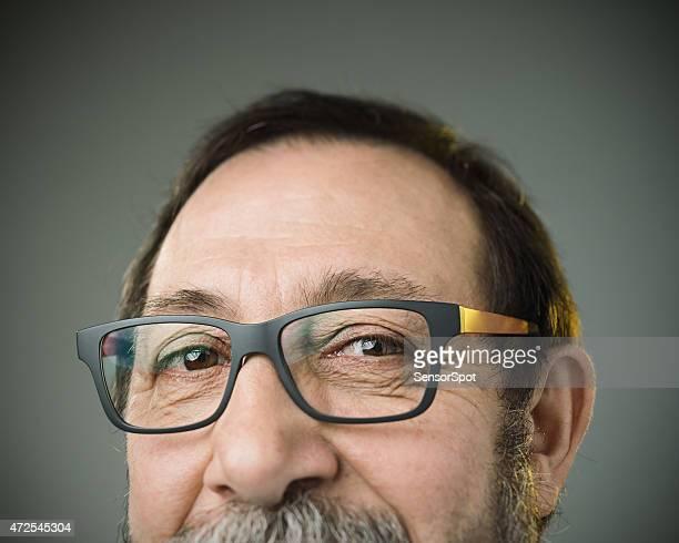 Porträt einer glücklich kaukasischen Mann mit Brille und BART.