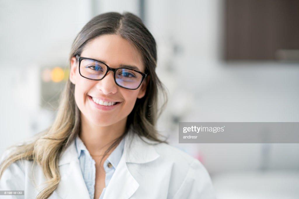 Porträt eines glücklichen Arztes im Krankenhaus : Stock-Foto