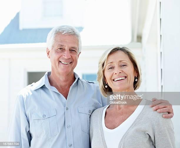 Portrait d'un heureux couple de personnes âgées en plein air
