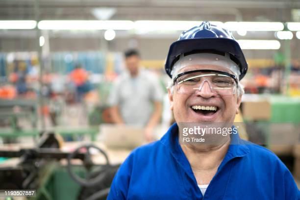 retrato de um coordenador feliz que usa o workwear protetor ao trabalhar em uma fábrica - ciência e tecnologia - fotografias e filmes do acervo