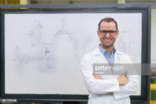 retrato de um professor de engenharia feliz na universidade - física - fotografias e filmes do acervo