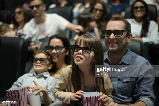 Porträt einer glücklichen Familie im Kino mit 3D Brille