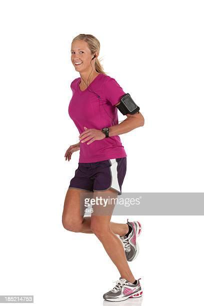 Porträt von einem glücklich weibliche Athleten Joggen
