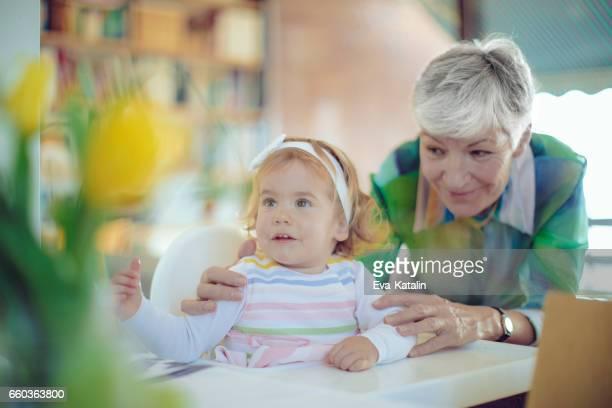 Porträt von eine glückliche Großmutter und Enkelin