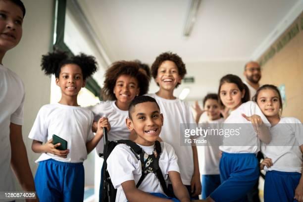 retrato de um grupo feliz de alunos do ensino fundamental - education - fotografias e filmes do acervo