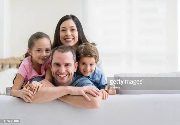 Portret van een gelukkige Latijns-Amerikaanse familie thuis