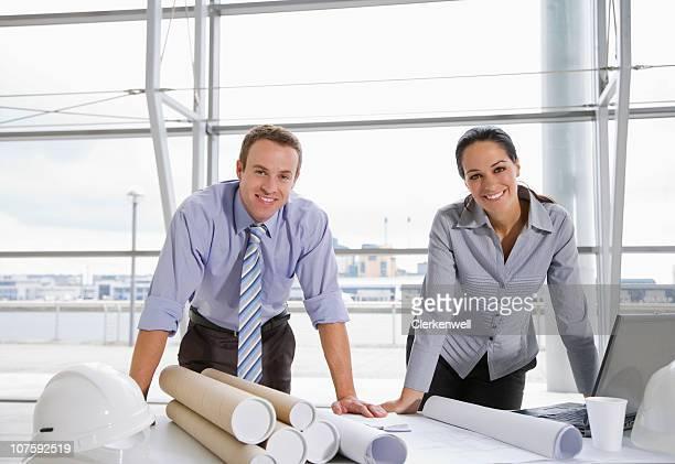 Porträt eines glücklichen männlichen und weiblichen Architekten mit