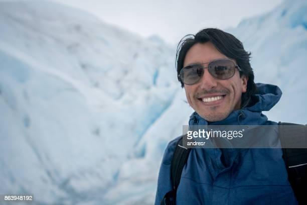 Portret van een gelukkig man op een gletsjer hiking