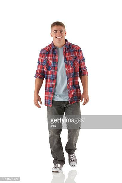 Retrato de un hombre feliz caminar