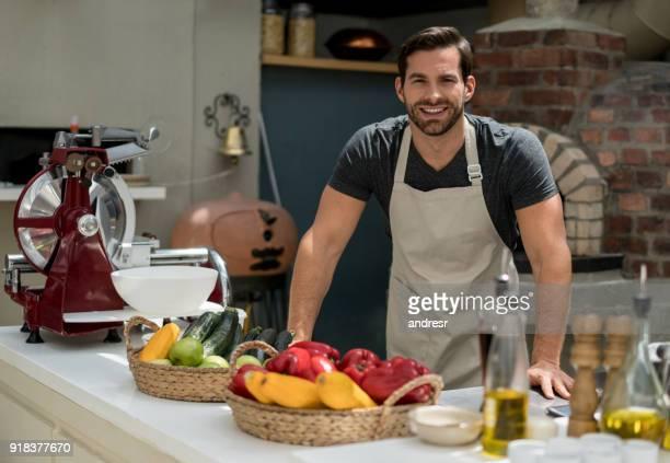 Porträt eines glücklichen Menschen arbeiten in einem restaurant