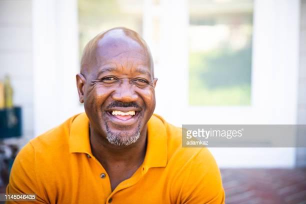 幸せな成熟した黒人男性の肖像 - テスティモニアル ストックフォトと画像