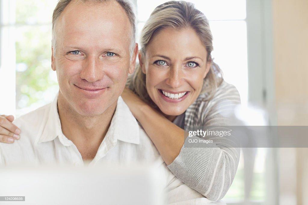 Porträt von ein glückliches Reife paar lächelnd : Stock-Foto