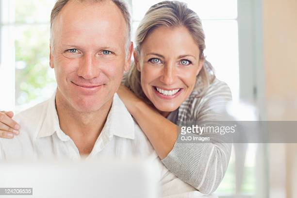 portrait of a happy mature couple smiling - 40 49 jaar stockfoto's en -beelden