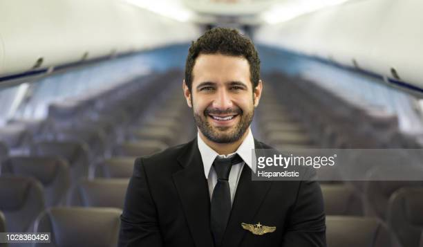 retrato de um feliz piloto de avião - tripulação de bordo - fotografias e filmes do acervo