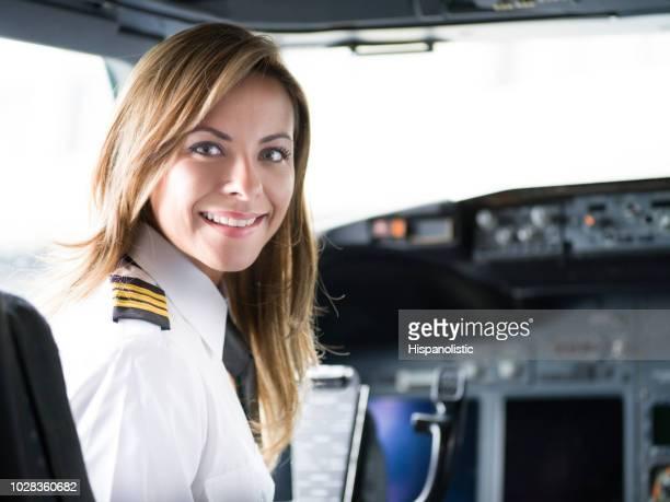 portret van een gelukkig piloot in de cockpit van het vliegtuig - vlieger stockfoto's en -beelden