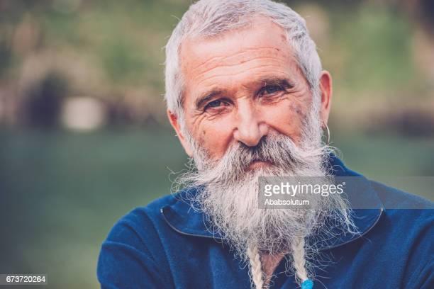 Porträt von ein glücklicher Senior Mann mit weißem Bart und Schnurrbart Soča, Slowenien