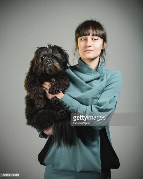 Porträt von eine glückliche junge Frau mit Ihrem Hund