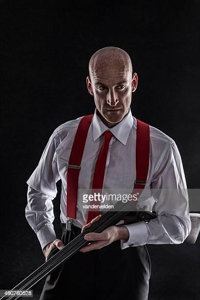 Portrait d'un homme avec son fusil de chasse dur
