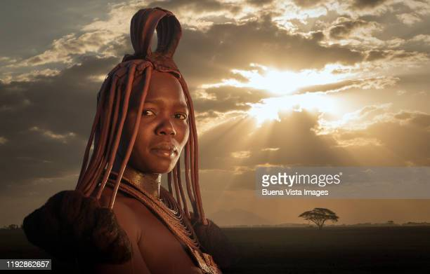 portrait of a himba woman at sunset - himba stock-fotos und bilder