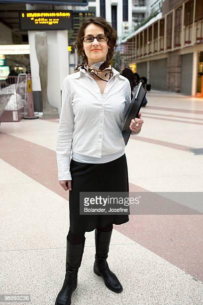 portrait of a hostess at a station, stockholm, sweden. - anfitriona de la fiesta fotografías e imágenes de stock