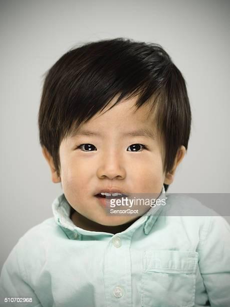 Retrato de un bebé mirando a la cámara japonés