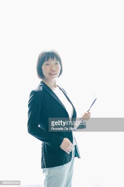タブレットと日本のビジネス女性のポートレート