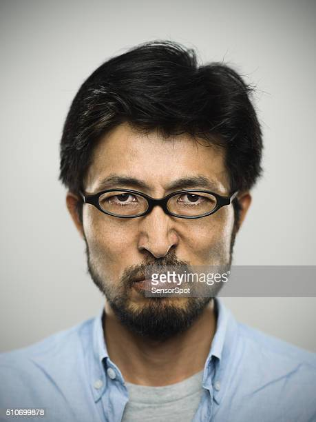 日本男性のポートレートを着て、眼鏡