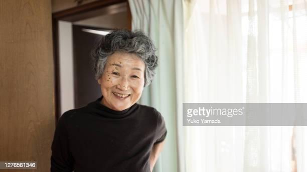 portrait of a japanese senior woman - ルポルタージュ ストックフォトと画像
