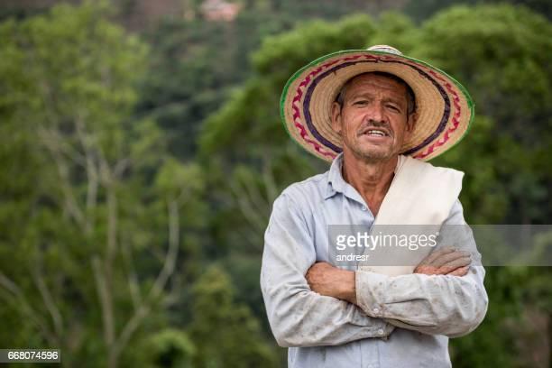 Portret van een Latijns-Amerikaanse boer op een koffie boerderij