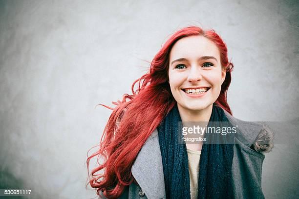 Ritratto di una giovane donna ridere con capelli color rosso