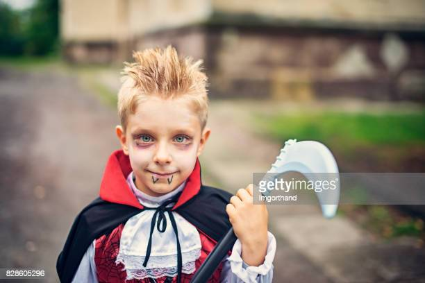 retrato de un niño disfrazado de vampiro de halloween - pintura de cara fotografías e imágenes de stock