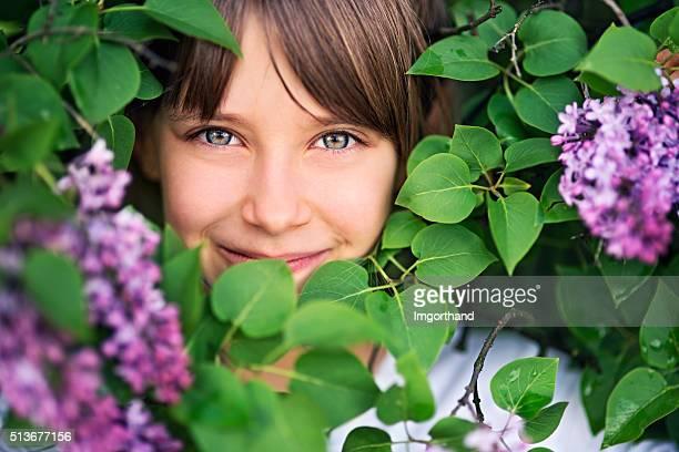 Ritratto di una piccola bambina in lilla