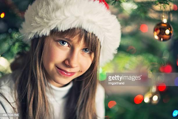 Ritratto di una bambina vicino albero di Natale