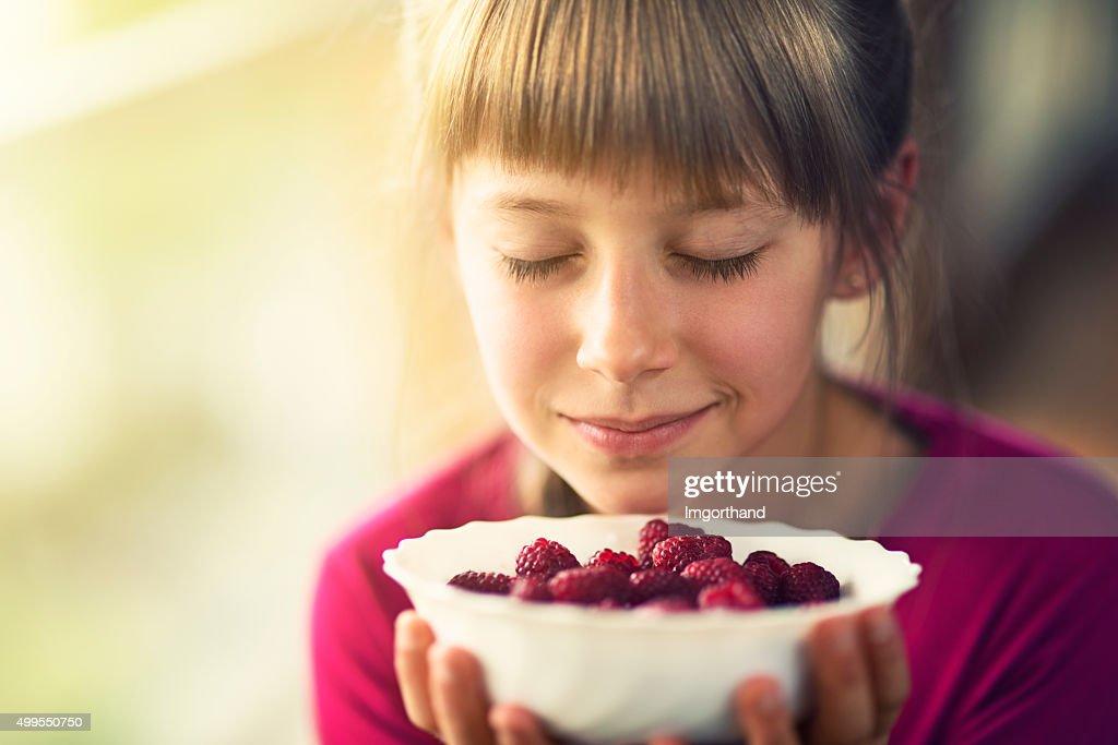 Ritratto di una bambina con lamponi. : Foto stock
