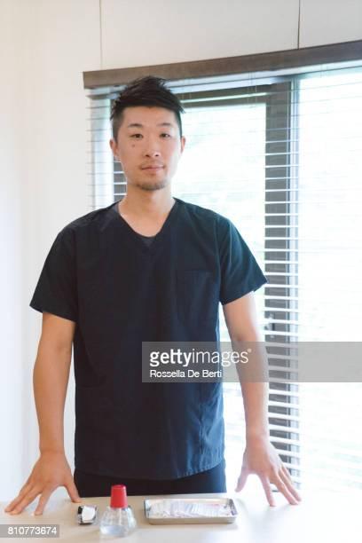 男性アジア医師の肖像画 - スポーツ施設 ストックフォトと画像