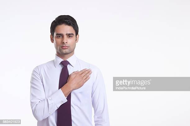 portrait of a male executive taking an oath - geschworener stock-fotos und bilder