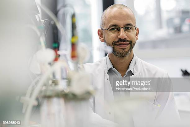 portrait of a male scientist inside a laboratory - variable schärfentiefe stock-fotos und bilder