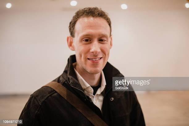 Portrait d'un homme souriant vêtu d'un manteau chaud