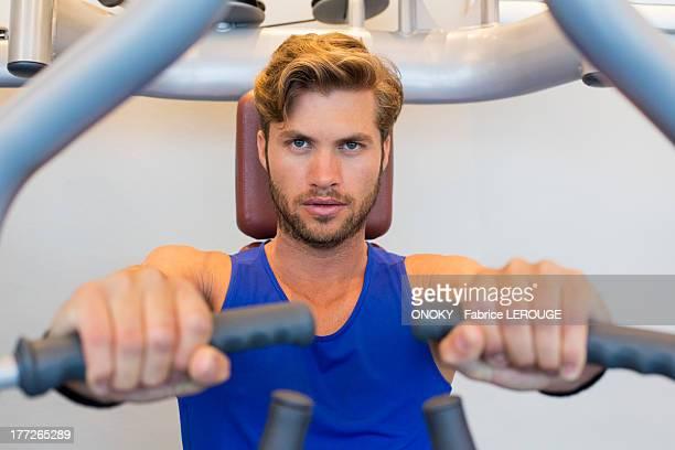 portrait of a man exercising in a gym - onoky stock-fotos und bilder