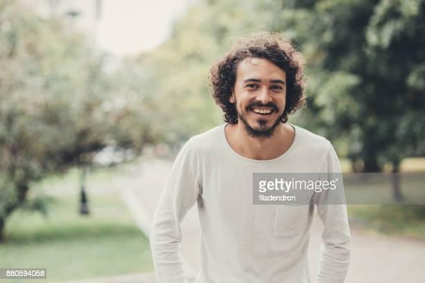 portret van een man in het park - bulgarije stockfoto's en -beelden