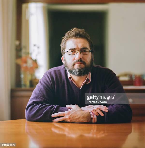 portrait of a man - in den vierzigern stock-fotos und bilder