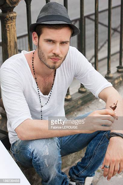 portrait of a man sitting at the roadside, paris, ile-de-france, france - ile de france - fotografias e filmes do acervo