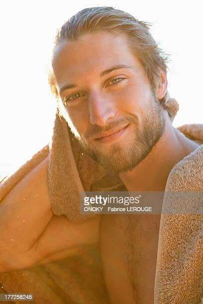 portrait of a man smiling - onoky stock-fotos und bilder