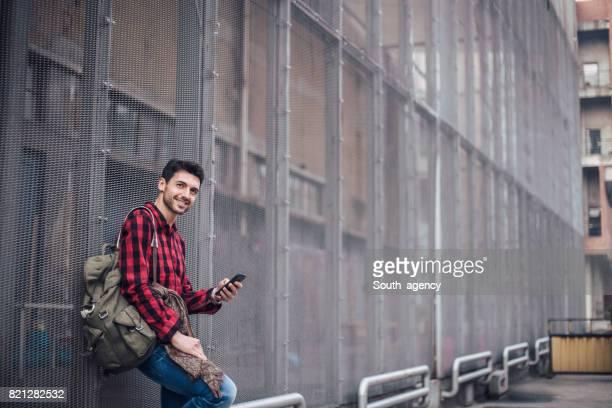 Porträt von einem Mann SMS auf dem Handy