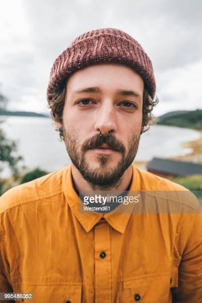 portrait of a man travelling the lofoten - mütze stock-fotos und bilder