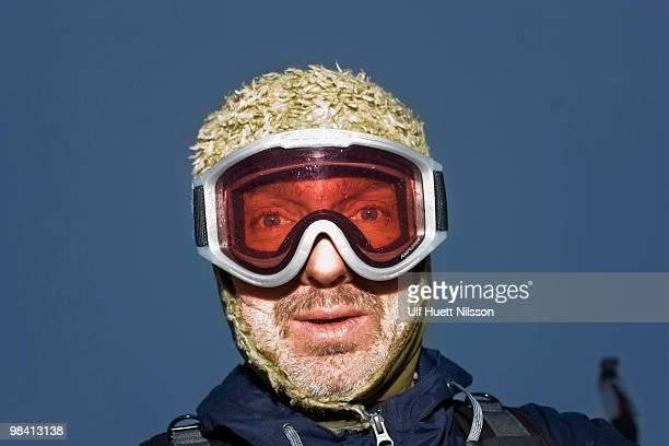 portrait of a man wearing ski goggles sweden. - sport d'hiver photos et images de collection
